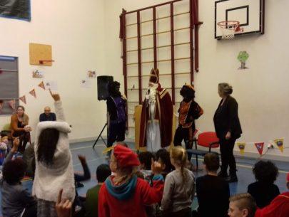 Sinterklaas en zijn Pieten in de gymzaal